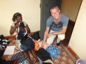 Suzan en Erik bij uitzoeken kleding